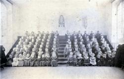 la-classe-enfantine-dans-l-asile-avec-les-religieuses-vers-1890.jpg