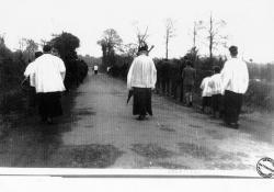 procession-a-droite-l-etang-de-goue.jpg